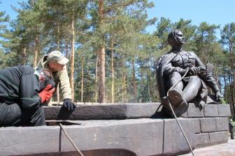 Памятник первостроителям прибыл в Ангарск